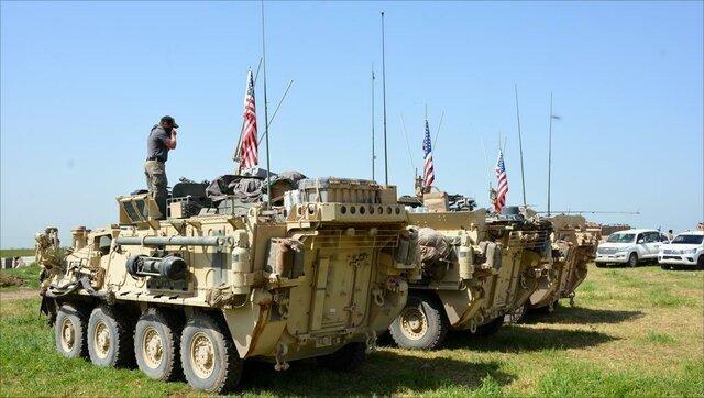 عبور کاروان ارتش سوریه از کنار نیروهای آمریکایی در حال عقب نشینی