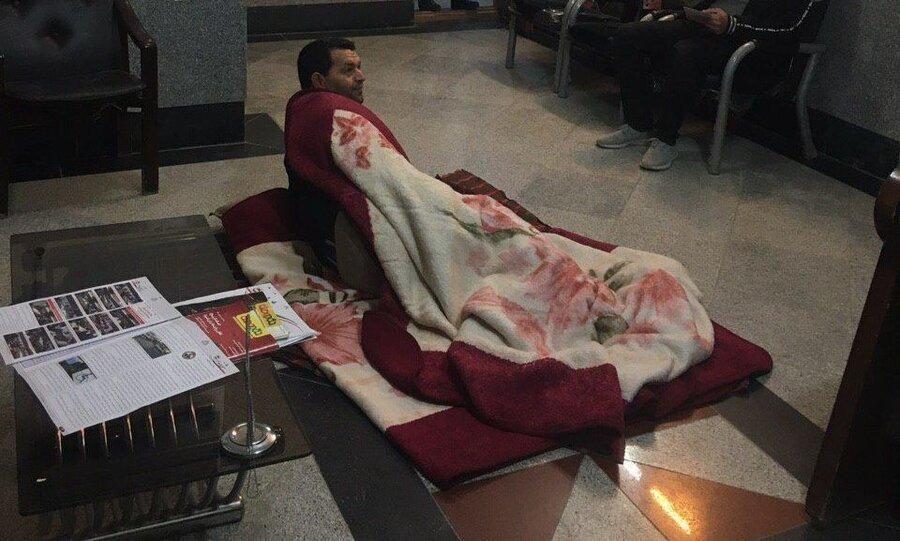 عکس ، خوابیدن یک شهروند در شورای شهر برای طلب 390 میلیون ریالی